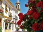 Calle del centro de Estepona con vistas al campanario de la iglesia de Los Remedios